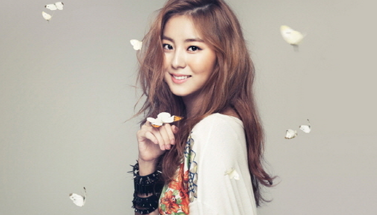 "After School's Uee Poses with 300 Butterflies for ""Campus 10"""