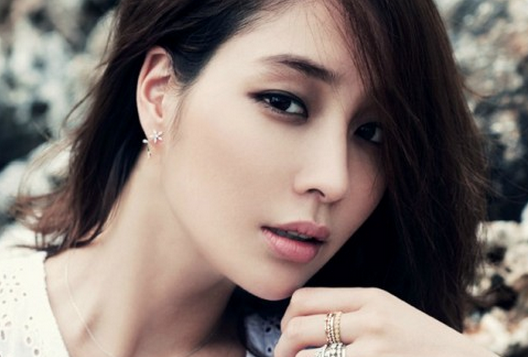 Lee Min Jung Looks Sexy in Black at the New York Fashion Week