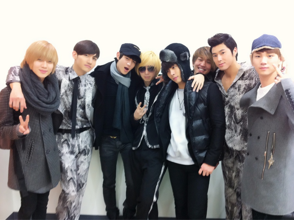 SHINee and DBSK Take a Group Shot with World-Renowned Choreographer Tony Testa