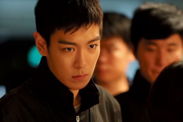 """TOP Takes Pictures with Fellow Actors of """"Classmate"""""""
