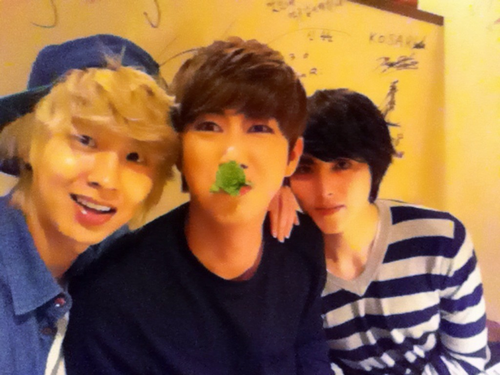 ZE:A Kwanghee Wishes Minwoo Happy Birthday with Selca on Twitter
