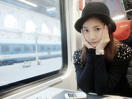 """Park Min Young Covers Her Swollen Face with """"V"""" Shaped Hands"""