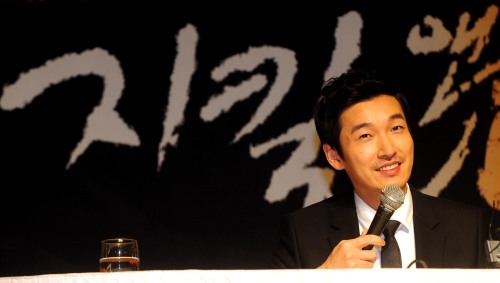 Jo Seung Woo Incessantly Praises Director Goo Hye Sun