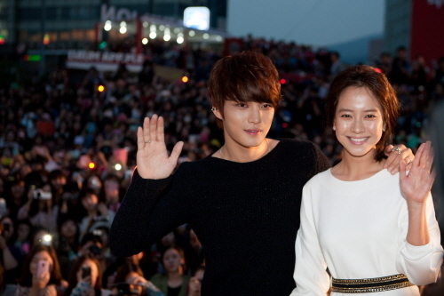 """New film """"Jackal is Coming"""" Releases Posters for Song Ji Hyo and Jaejoong"""