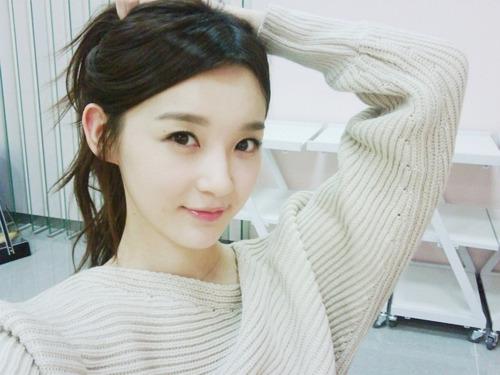 Kang Min Kyung Looks Glamorous in White Shirt