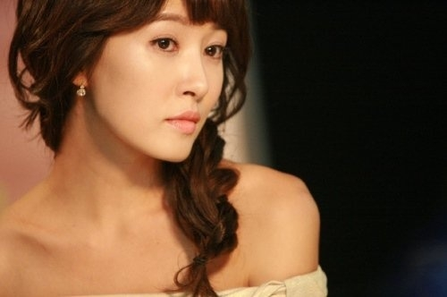 Actress Kim Sun Ah Shows Off Her Sexy Legs