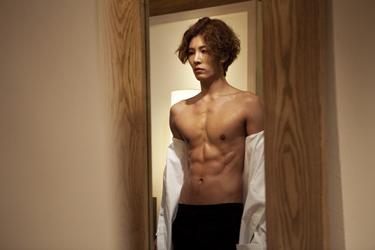 "No Min Woo of ""Full House Take 2"" Reveals His Washboard Abs"