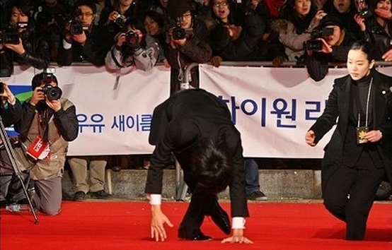 9 Epic Celebrity Falls on the Red Carpet