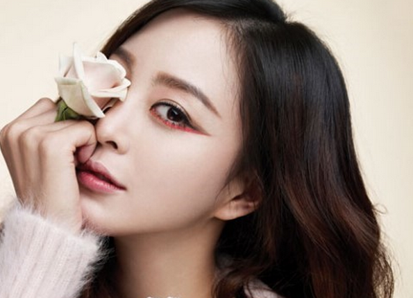 Why Is Han Ye Seul Covering Her Right Eye?