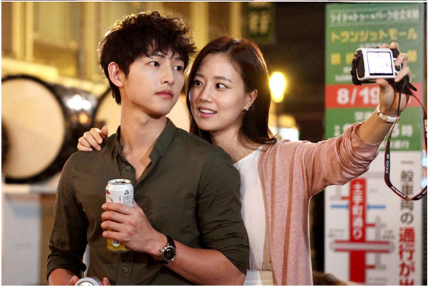 Song Joong Ki Is Sweet With Moon Chae Won in The Dressing Room