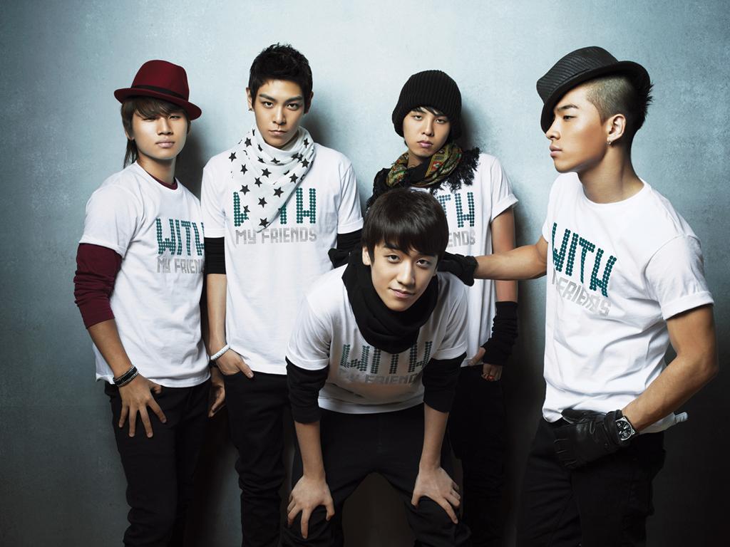 G-Dragon Secretly Takes Pictures of Big Bang Members
