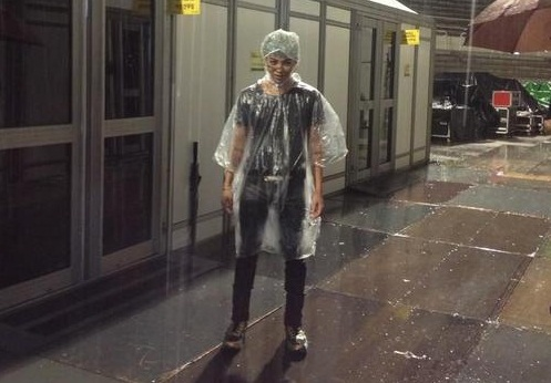 G-Dragon Shares A Creepy Picture in the Rain