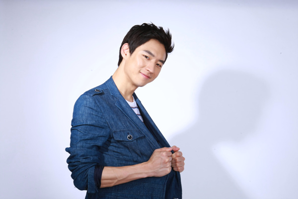 """Lee Jae Hoon Talks About His First Kiss on """"Happy Together 3"""""""