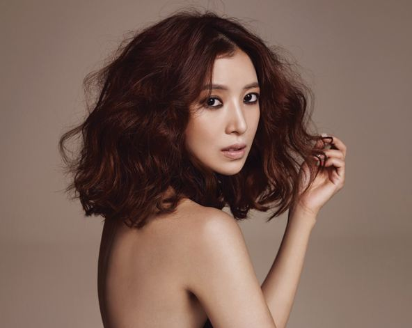 """WGM"" Wife and Actress Yoon Se Ah Channels a Sexy Muse for ""Marie Claire"""