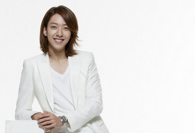 CNBlue's Lee Jung Shin Takes Adorable Pictures with Actress Park Jung Ah