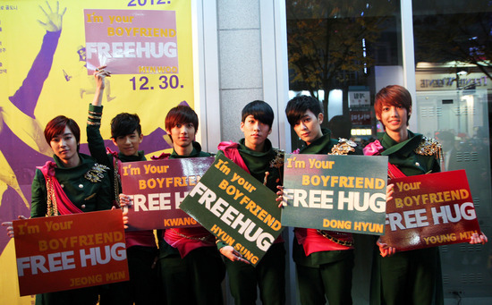 "Boyfriend Stops ""Free Hug"" Event Because of Fans"
