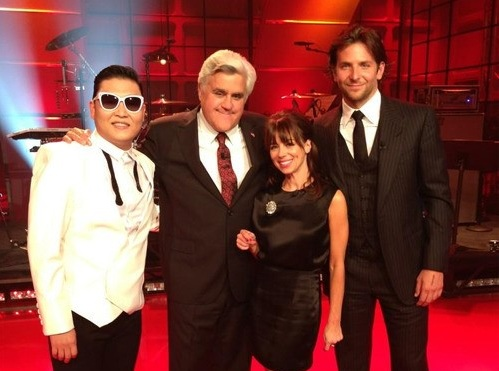 """PSY Takes Photo with Jay Leno after Appearing on """"Tonight Show"""""""
