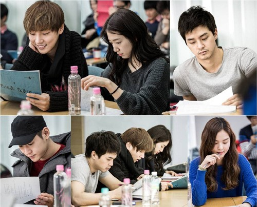 "Yoon Si Yoon and Park Shin Hye Lead Cast and Crew on First Reading for ""Flower Boy Next Door"""