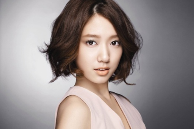 Park Shin Hye Shows Fine Form at the Airport