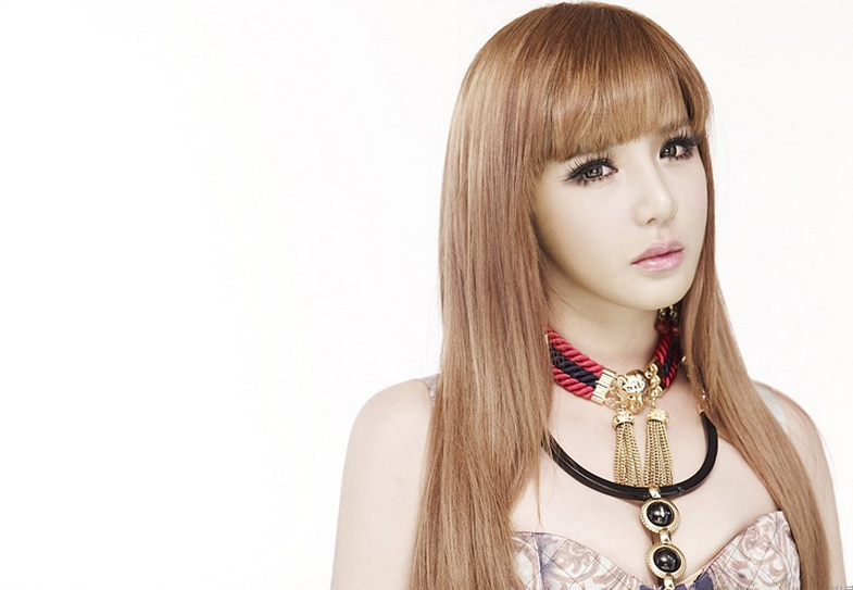 2NE1's Park Bom Flaunts Her New Shorter Hairstyle