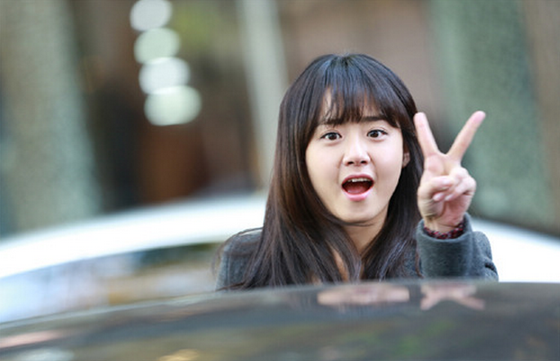 """""""Alice in Cheongdamdong"""" Unveils Moon Geun Young's Family Portrait"""