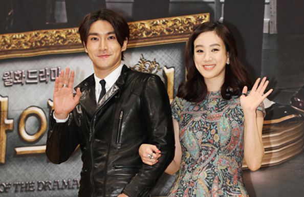Super Junior's Choi Si Won Snaps a Funny Photo with Jung Ryeo Won