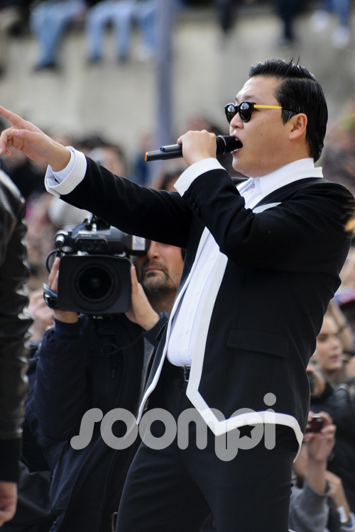 "[Exclusive] Review of PSY's ""Gangnam Style"" Flashmob!"