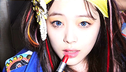 f(x)'s Sulli Takes A Silly Photo Aboard Plane To Hong Kong