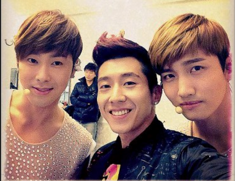 Brian Takes Selca with DBSK's Yunho and Changmin