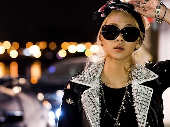 2NE1's CL Shows Off Her Gold Fashion