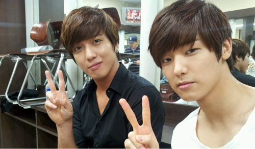 CNBlue's Jung Yong Hwa and Kang Min Hyuk Update Fans with Selca from Chile
