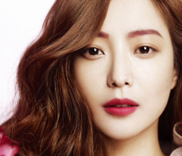 Kim Hee Sun Shows Off Her New Hairstyle