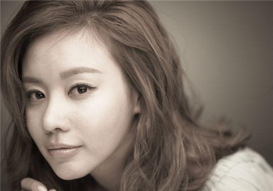 """Kim Ah Joong's Diverse Charms in """"Bazaar"""" Pictorial"""