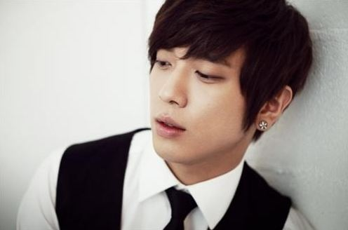 """CNBlue's Jung Yong Hwa Radiates Charisma in """"Singles"""""""