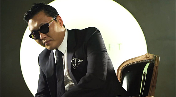"""PSY Brings """"Gangnam Style"""" to Oxford University"""