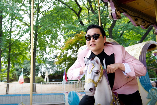 PSY Poses with Lablemate Justin Bieber