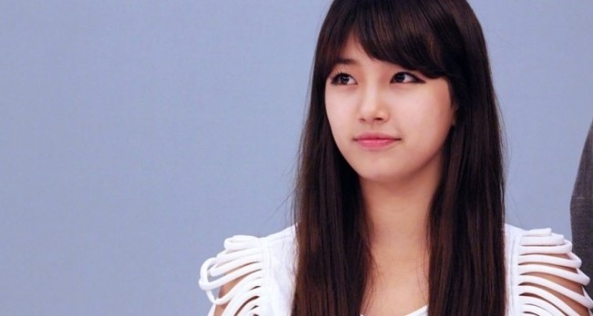 """miss A's Suzy Takes a BTS Photo on """"Let's Go Dream Team"""" Set"""