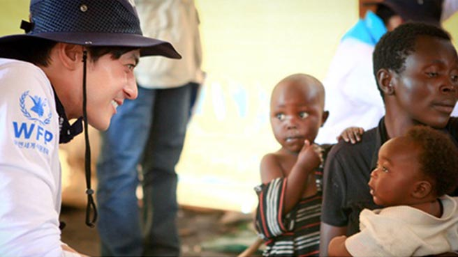 Jang Dong Gun and Kim Min Jong Help Out Children in Congo