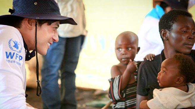 Jang Dong Gun and Kim Min Jong Help Out Children in Congo