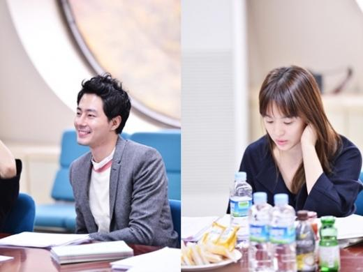 """Jo In Sung & Song Hye Gyo Gather for First Script Reading of """"Wind Blows in Winter"""""""