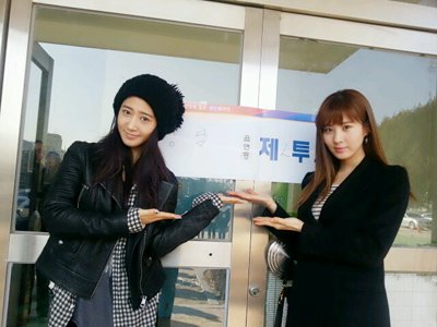 Girls' Generation's Yuri And Seohyun Encourage Fans to Vote