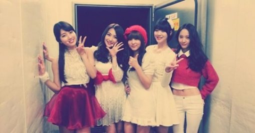 """The """"Lovely 94"""" Line Featuring Suzy, Krystal, Sulli, Jiyoung and Sohyun Perform a Christmas Medley on Music Bank"""