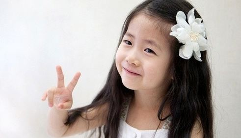 Child Actress Park Min Ha Takes Picture With DBSK's Yunho