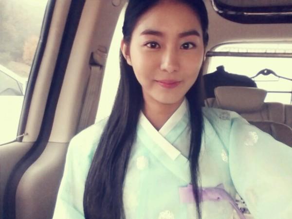 "Uee Treats ""Jeon Woo Chi"" Staff with Christmas Gifts"