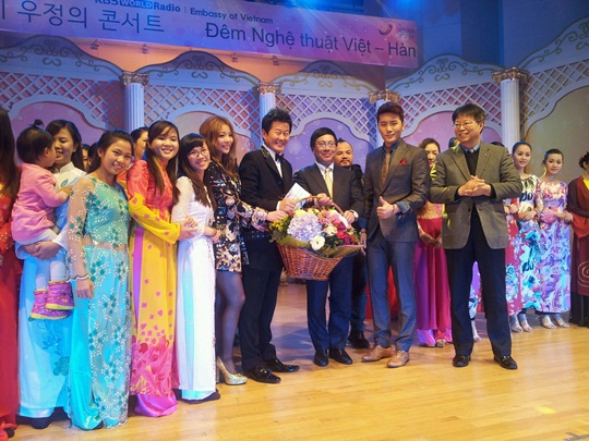 Ailee, Tae Jin Ah and Eru Receive Awards From Vietnam's Foreign Minister