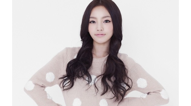 "KARA's Hara Promotes ""First Time"" Soju on Twitter Since CF Ban"