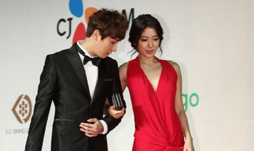 Yoon Shi Yoon Explains That He Was Not Staring at Park Shin Hye's Breast