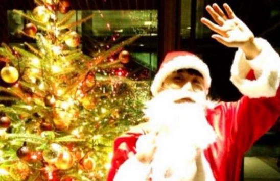 Big Bang's Seungri Dresses Up as Santa and Serenades Fans