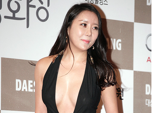 Ha Na Kyung Apologizes For Breast Exposure At Blue Dragon Awards