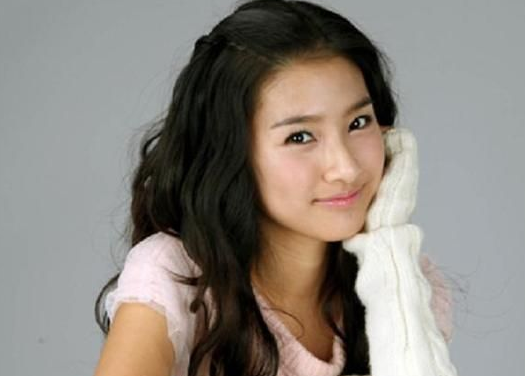 """Kim So Eun Wishes Fans a Merry Christmas from the Set of """"Horse Doctor"""""""